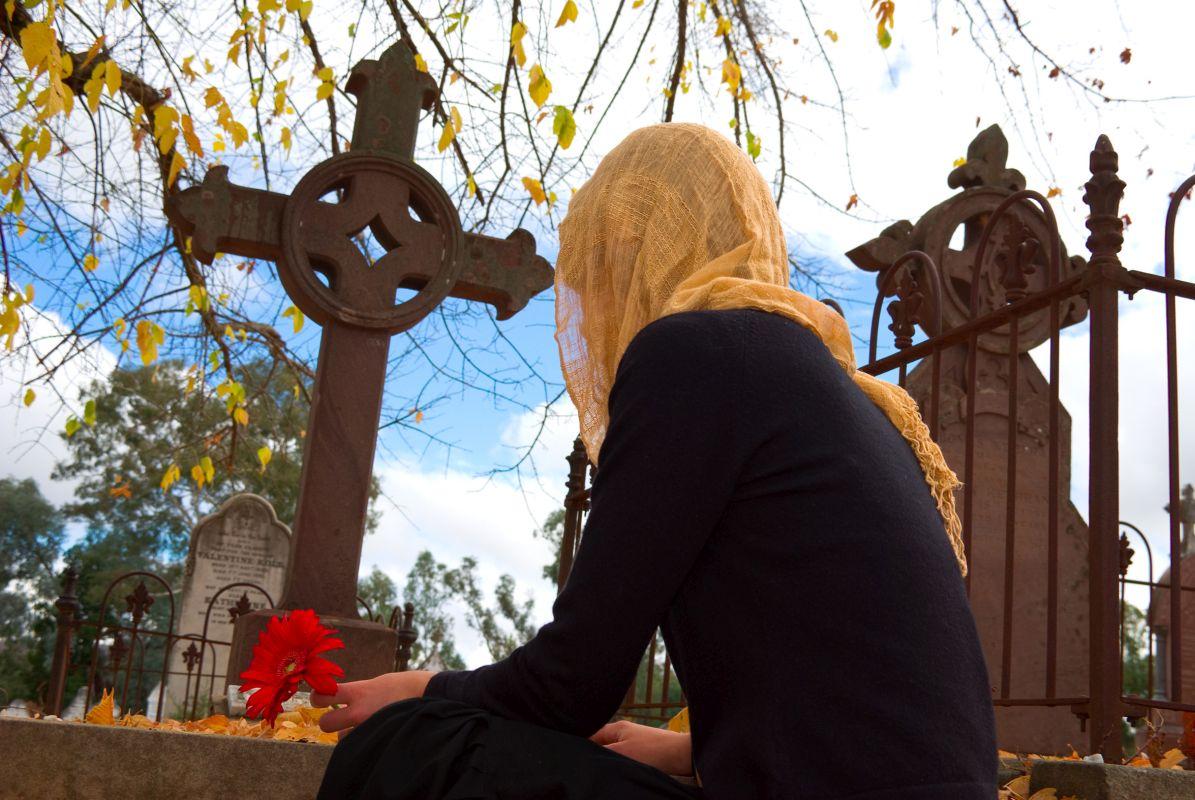 KObieta odwiedzająca nagrobki Bydgoszcz
